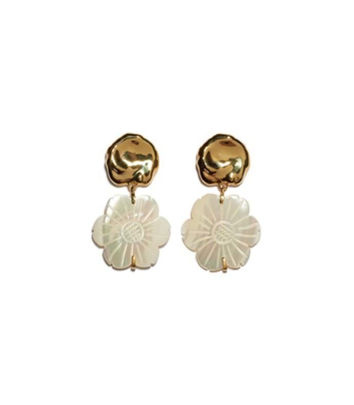 blanc daisy earrings in mother of pearl